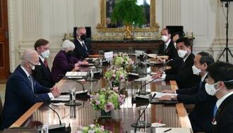バイデン米大統領(左手前)との会談に臨む菅首相(右手前から2人目)=16日、ワシントンのホワイトハウス(共同)