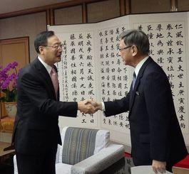 翁長雄志知事と握手する中国駐福岡総領事の李天然氏(左)=2015年1月、県庁