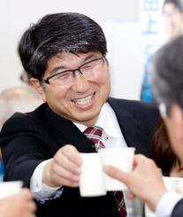 長崎市長選で4選を決め、笑顔の田上富久氏=21日夜、長崎市