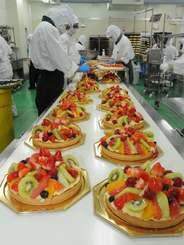 クリスマスシーズンに入り、工場ではケーキづくりのピークを迎えている=23日、宜野湾市大山・ジミーファクトリーショップ(山城知佳子撮影)