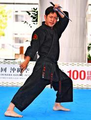 古武道の型「北谷屋良のサイ」を演武する與儀清斗さん=23日、県庁
