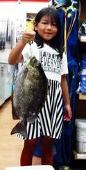 読谷で44センチ、1・7キロのカーエーを釣った新垣りりあさん=5月20日