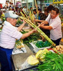 旧盆の供え物を買い求める人たちでにぎわう市場=25日午前、那覇市・第一牧志公設市場(金城健太撮影)