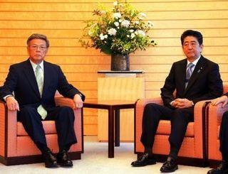 会談に臨む翁長雄志知事(左)と安倍首相=23日午前、首相官邸
