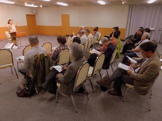 「沖縄・千葉の会」の結成記念集会で講演に耳を傾ける参加者ら=28日夜、千葉市文化センター