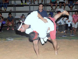 オキナワ第1移住地であった沖縄角力大会で健闘する選手たち