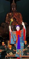 沖縄全戦没者追悼式前夜祭で、琉球舞踊を奉納する道扇流の金城道枝家元=22日午後、糸満市摩文仁・沖縄平和祈念堂