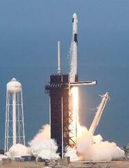 ファルコン9ロケットと宇宙船「クルードラゴン」=30日、米フロリダ州のケネディ宇宙センター(ロイター=共同)