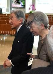 那覇空港に到着された天皇、皇后両陛下=27日午後1時34分