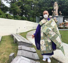 パートナー墓(左側)を紹介する金城良啓住職=3日、宜野湾市普天間・普天満山神宮寺