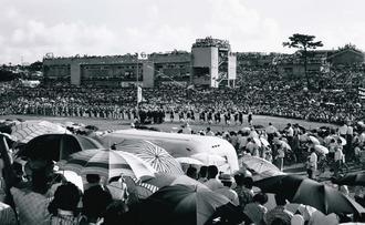 リチャード・ディック・ブルースさんが、1958~59年頃撮影した平敷屋エイサーの様子。中央付近の旗には「平敷屋青年団」と記されている(うるま市教育委員会所蔵)