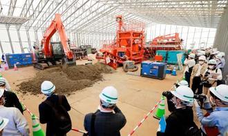 福島県飯舘村長泥地区で公開された除染土再利用の実証試験=24日午後