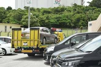 逃走に使ったとみられる車両が沖縄署へ持ち込まれた=15日午後1時50分ごろ
