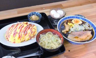 そばや小鉢のついたオムタコライス(左)と焼き醬油ラーメン(手前右)。ホットチョコレート(右奥)などのドリンクもある