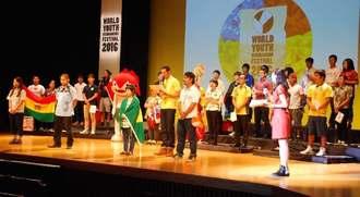 第5回世界若者ウチナーンチュ大会の開会を宣言した参加者代表たち=20日午後5時半ごろ、西原町さわふじ未来ホール