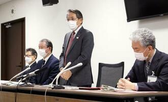 3児死亡の事件を巡り、記者会見する福岡県飯塚市の片峯誠市長(左から3人目)ら=1日午後、飯塚市役所