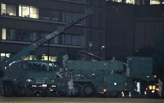 北朝鮮の弾道ミサイル発射に備えた破壊措置命令を受け、PAC3の設置作業をする自衛隊員=8日午後8時56分、東京・市谷の防衛省