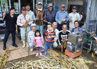NAHAマラソン本番に配るサトウキビジュースを準備する米須の人たち=3日、糸満市の米須公民館
