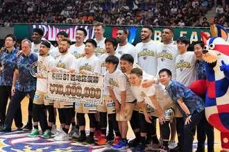 西地区優勝を決め、記念写真に納まるキングスの選手ら=7日、沖縄市体育館(下地広也撮影)