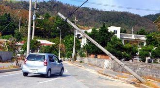 電柱が各地で倒壊・損壊し、電気や電話が島内全域で使えなくなった=9月30日、与那国町比川地区