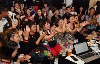 安室奈美恵さんへの熱い思いを語り合いながら盛り上がるファン=29日、那覇市久米のアウトプット(落合綾子撮影)