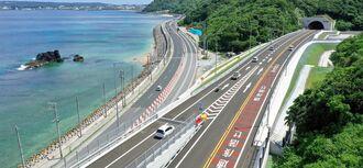 開通した国道58号名護東道路の数久田IC周辺=31日午前10時半すぎ、名護市(小型無人機で撮影)
