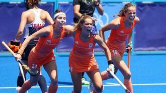 ホッケー女子準決勝、英国戦でゴールに沸くオランダの選手たち=4日、大井ホッケー競技場(ロイター=共同)