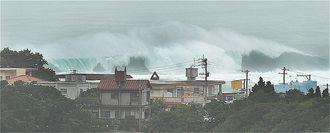高波が押し寄せる南城市奥武島の海岸=28日午後0時3分