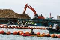 辺野古の新基地建設 「K9」護岸で土砂の陸揚げ続く 海上で抗議した市民ら拘束