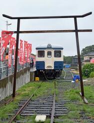 「ひたちなか開運鉄道神社」のご神体「キハ222」と線路製の鳥居=19日午後、茨城県ひたちなか市