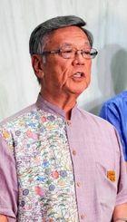 記者団の質問に答える翁長雄志知事=3日、県庁