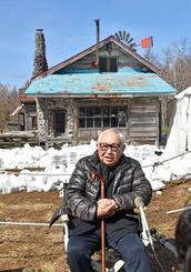 献花を終え「五郎の石の家」の前で取材に応じる脚本家の倉本聡さん=10日午前、北海道富良野市
