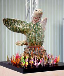 元安川や似島から採取した砂利を埋め込んだ「平和と自由の鳩」のオブジェ=6日、広島市の広島大学東千田キャンパス