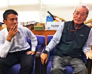 「大山は言葉が短いからか、楽しく話していてもケンカに間違えられることもある」と笑う(右から)石川博司さん、又吉亮さん=宜野湾市、大山公民館