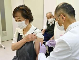 65歳以上の高齢者を対象とした新型コロナウイルスワクチンの接種が始まり、長野県北相木村の診療所で接種を受ける女性=12日午前