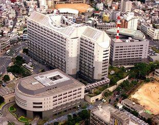 県議会棟(手前)