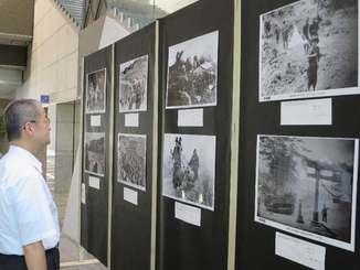 沖縄戦に関する写真約60点が展示されている写真展=19日、東京都千代田区の弁護士会館