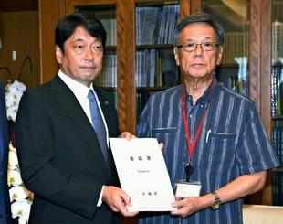 小野寺防衛相(左)に、日米地位協定について県が作成した見直し案を提出する翁長雄志知事=11日午後、防衛省