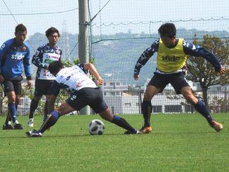 北九州戦に向けて練習するFC琉球の選手=東風平運動公園サッカー場