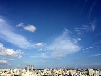 澄み切った秋晴れの空が広がっています=21日午後、那覇市