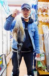 宜野湾新漁港で1・89キロのシルイチャーを釣ったチーム三平の山田貴喜さん=1月24日