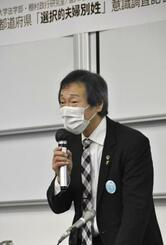 夫婦別姓を巡るインターネット調査について、記者会見する早稲田大の棚村政行教授=18日午後、東京都内