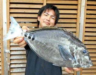 南部海岸で47.5センチ、1.85キロのサンノジを釣った比嘉佑利希さん=7月25日