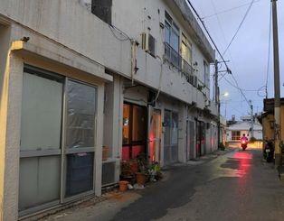 違法風俗店が消え、静まり返る通称「新町」=4月21日午後7時すぎ、宜野湾市真栄原