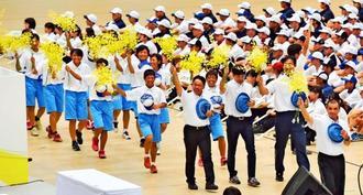 総合開会式で手を振りながら堂々と入場行進する県選手団=28日午前、岡山県・ジップアリーナ岡山(金城健太撮影)