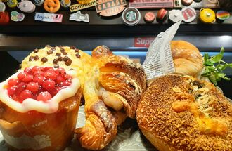 クリームチーズと甘酸っぱい「赤すぐり」を合わせたデニッシュ(左下)や、油で揚げない「焼きチーズカレーパン」(右下)