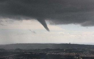 沖縄本島南部で発生した漏斗状の雲=8日午後0時5分(本社チャーターヘリから豊見城市方面を望む 伊禮健撮影)