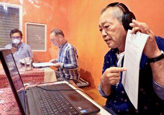 オンラインでミャンマーの教員らに激励のメッセージを送る珊瑚舎スコーレの星野人史代表(右)=6日、那覇市安里・ロイヤルミャンマーレストラン