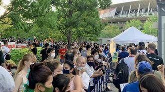 国立競技場の関係者用入場ゲート付近。無観客にもかかわらず多くの人が詰め掛けていた=23日、東京都新宿区