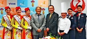 沖縄をテーマにした「JAL 新JAPAN PROJECT」の取り組みを発表するJALの大西賢会長(右から4人目)と沖縄観光コンベンションビューローの平良朝敬会長(同5人目)=26日、那覇市の沖縄産業支援センター